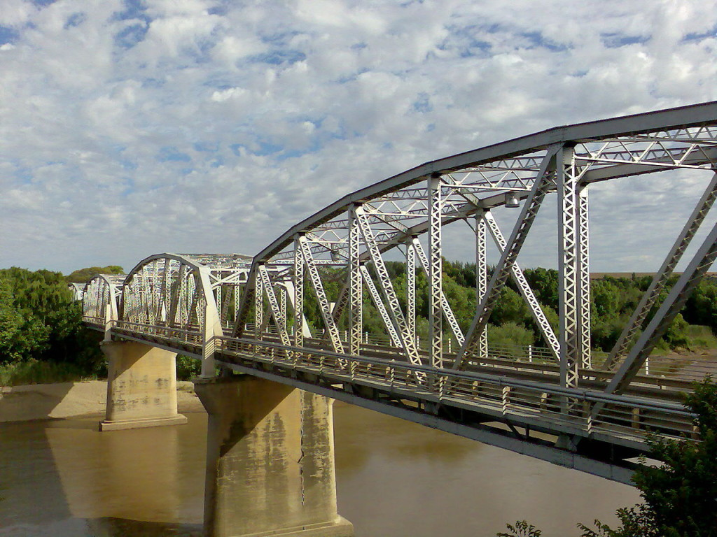 https://en.wikipedia.org/wiki/Truss_bridge#mediaviewer/File:General_Hertzog_Bridge_over_Orange_River_at_Aliwal_North.jpg