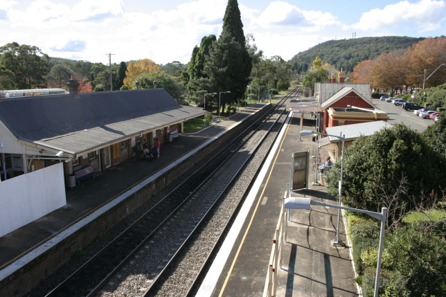 Northbound view at Bowral Station; Mt Gibraltar can be seen in the distance. Image: Grahamec (Wikipedia)