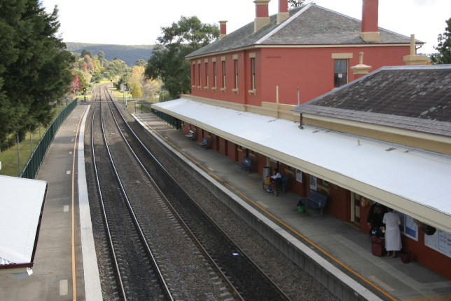 Southbound view from Mittagong Station. Image: Grahamec (Wikimedia)